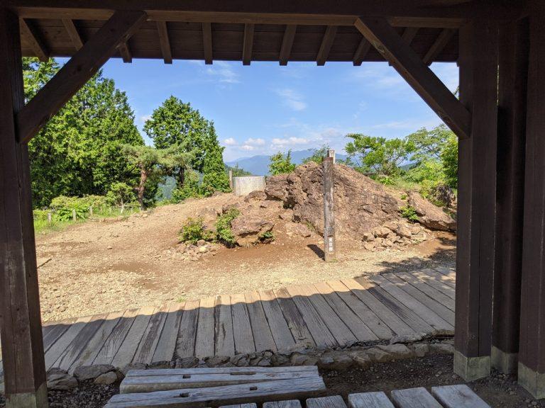 日の出山山頂の東屋から山頂標識