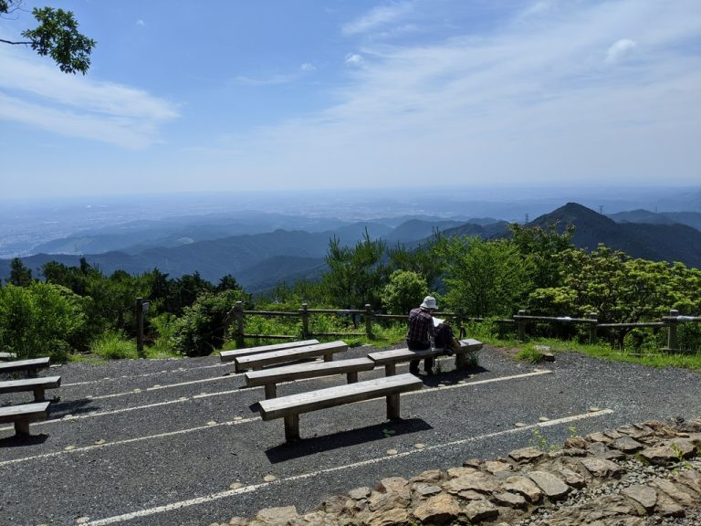 日の出山山頂ベンチ