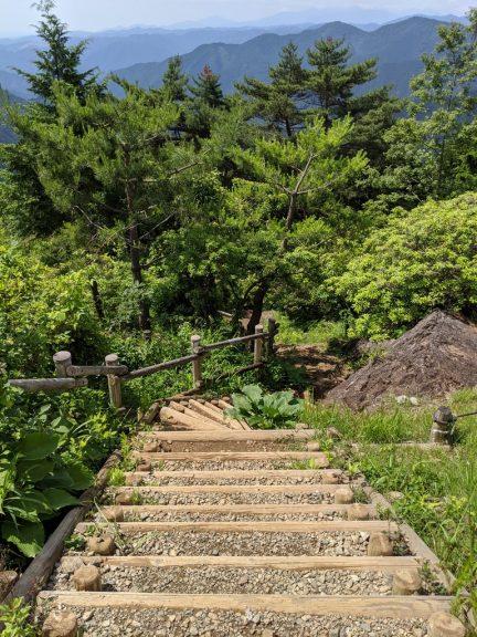 日の出山から南へ降りる階段