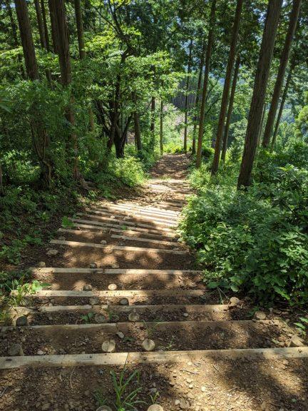 急な階段を下る