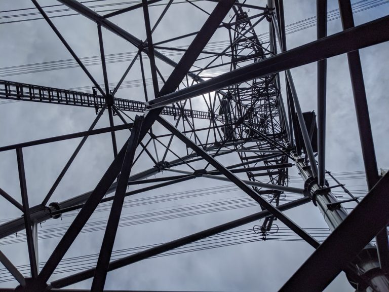 タルクボの峰の鉄塔を下から見上げる