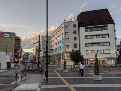 駅前から見たホテル飯田屋