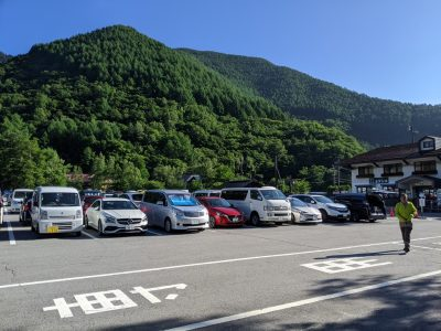駐車場に泊まっている車