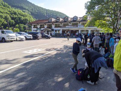 畳平行きのバス停は長蛇の列