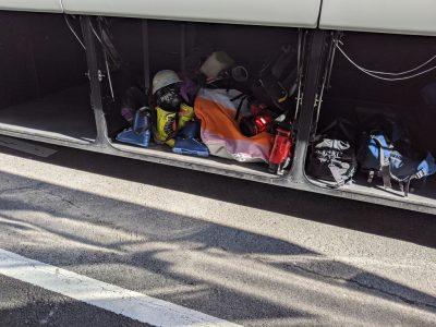 トランクルームに詰め込まれた自転車やスキー用品