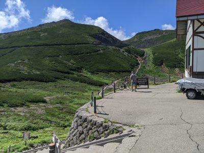 バスターミナルの左側にある登山道