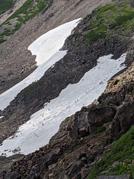 乗鞍大雪渓を見下ろす