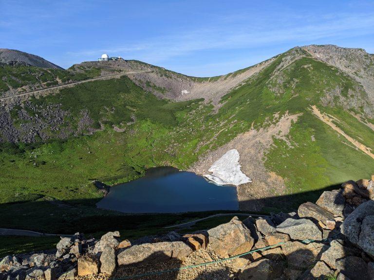 富士見岳から見る摩利支天岳と不消ヶ池