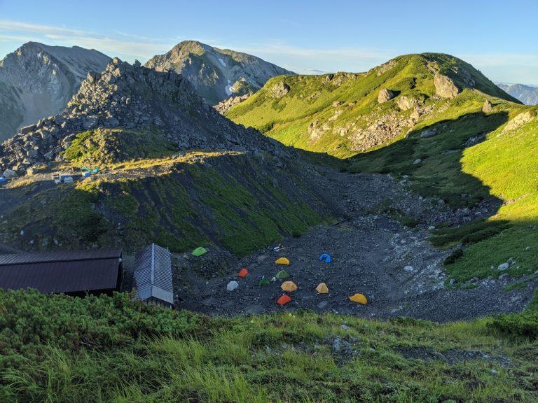 上から見た頂上宿舎テント場