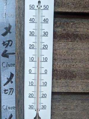 観光案内所の温度計(13℃)
