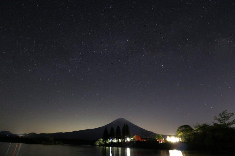 富士山の上の夏の大三角形