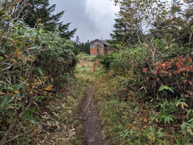 突然視界が広がり三ツ石山荘が見えた